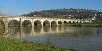 The Agend Canal Bridge allows the Canal de Garonne to cross the Garonne