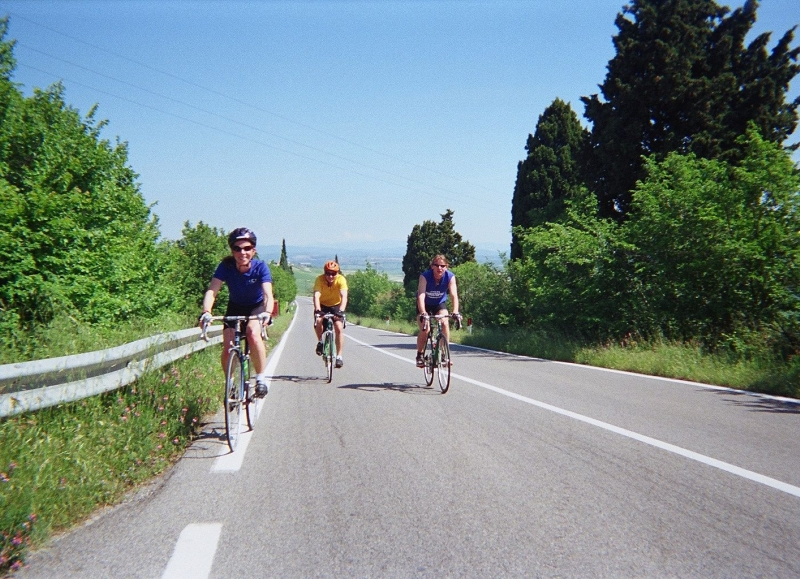 Link towns cycling on quiet roads in Tuscany