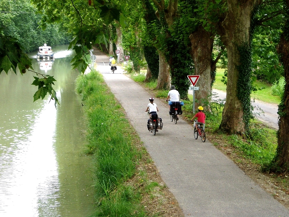 Cycle in Bordeaux along rivers on quiet paths